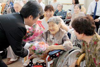 先日の敬老会では笑顔の年祝が催されました!