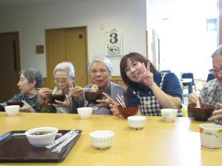 【グループホーム】2017新年会で初のお雑煮づくり